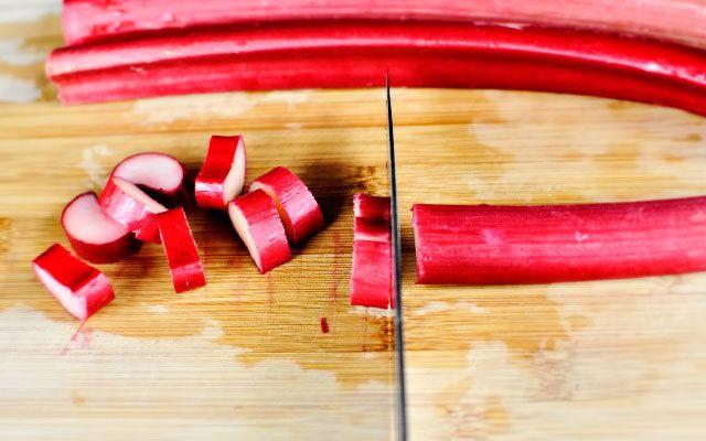 Очищенные черешки нарезать кружочками длиной пару сантиметров