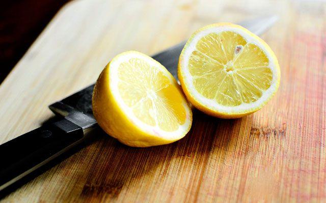 Добавить сок лимона на ревень