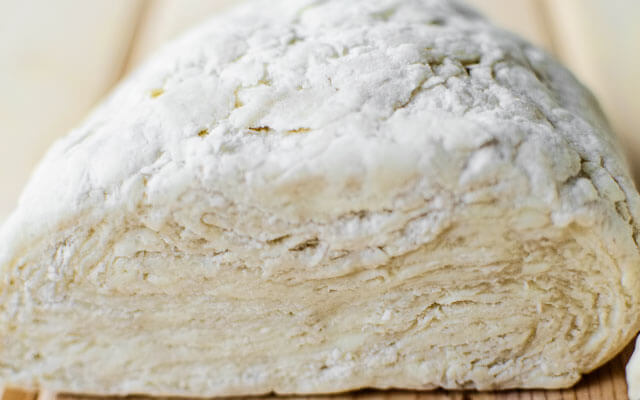 Завернуть тесто в плёнку и убрать в холодильник