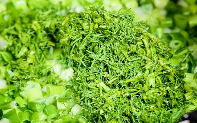 Зелень укропа промываем, просушиваем и мелко нарезаем. Добавляем укроп к луку. Укроп лучше резать тонко. Зелень можно слегка посолить и перетереть хорошо в ступке, чтобы пустила сок.