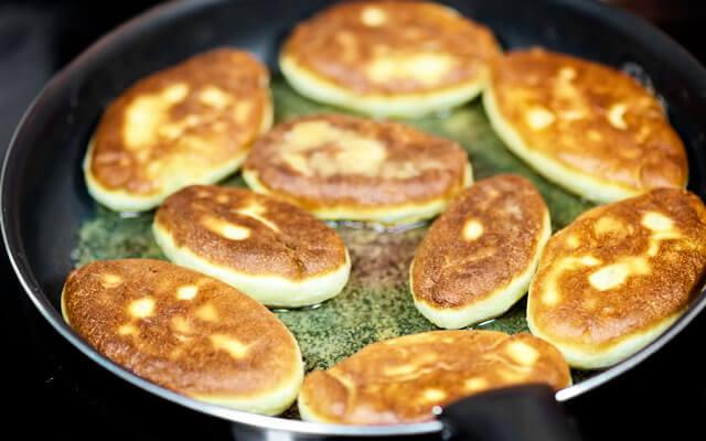 На сковороде разогреваем растительное масло. Обжариваем пирожки с обеих сторон до золотистой корочки.