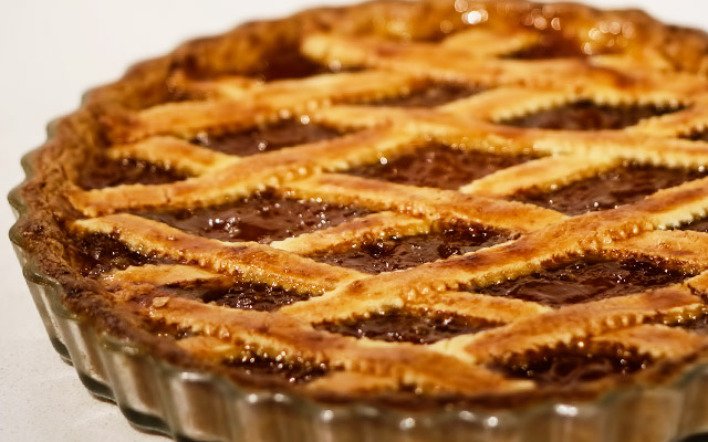 Выпекаем пирог с абрикосовым вареньем в ранее разогретой духовке в течение 45 минут. Вынимаем кростату и остужаем до комнатной температуры перед подачей. По желанию посыпаем сахарной пудрой.