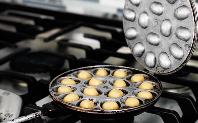 Когда орешница нагрелась, быстро помещаем по одному шарику из теста в каждую выемку, закрываем крышку и крепко сжимаем обе половинки формы. Готовим до золотистого цвета с одной и с другой стороны. Время приготовления зависит от Вашей плиты и используемой орешницы и может составлять от одной до трёх минут с каждой стороны.