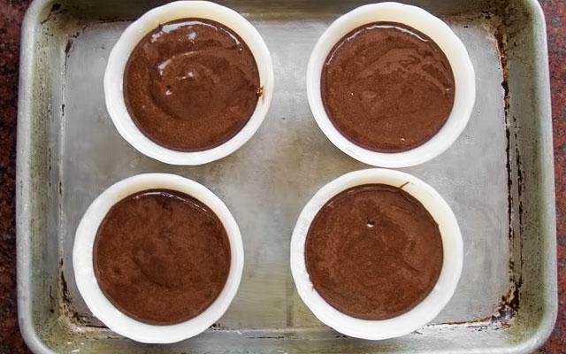 Разливаем тесто поровну по подготовленным формам. Оставляем при комнатной температуре на полчаса.