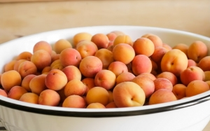 удаляем косточки абрикосов