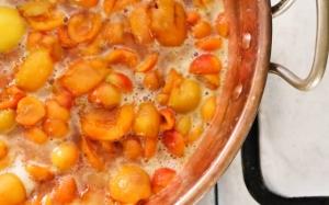 доводим варенье до кипения и варим абрикосы до растворения сахара