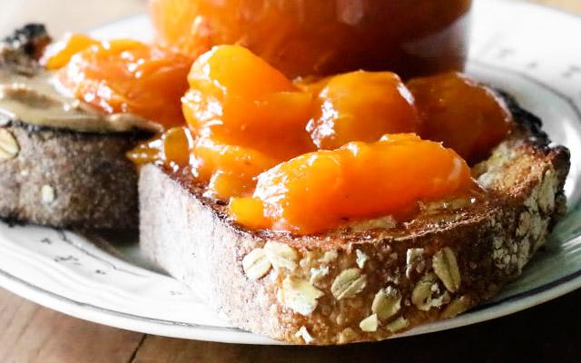 Готовое абрикосовое варенье подаём к столу с тостами или свежей домашней выпечкой.