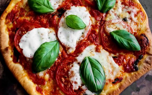 пицца маргарита с помидорами, моцареллой и базиликом