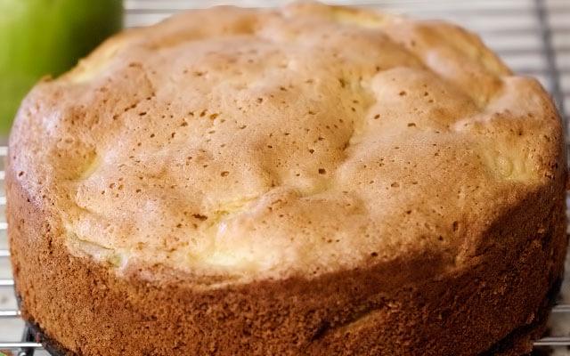 Шарлотка с яблоками классический рецепт в духовке с фото пошагово
