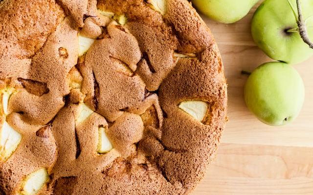 Шарлотка из яблок в духовке на скорую руку