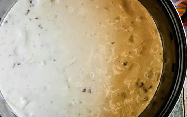Переложить жидкое тесто в чашу мультиварки