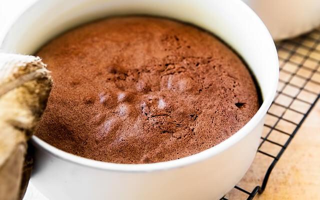 Шоколадный бисквит для торта готов, когда деревянная шпажка выходит из него сухой