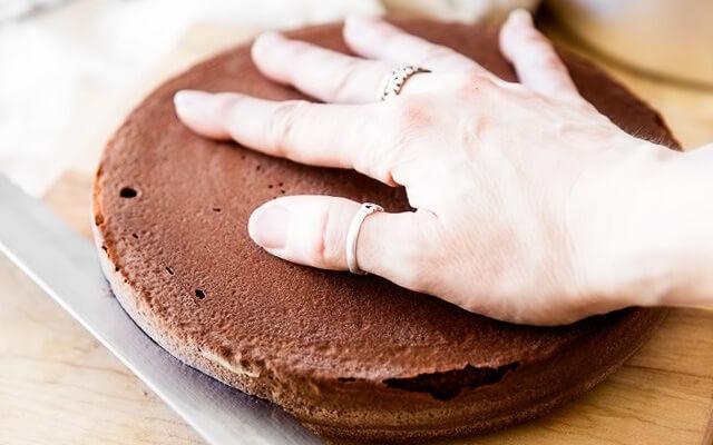 Как ровно разрезать шоколадный бисквит на коржи для торта