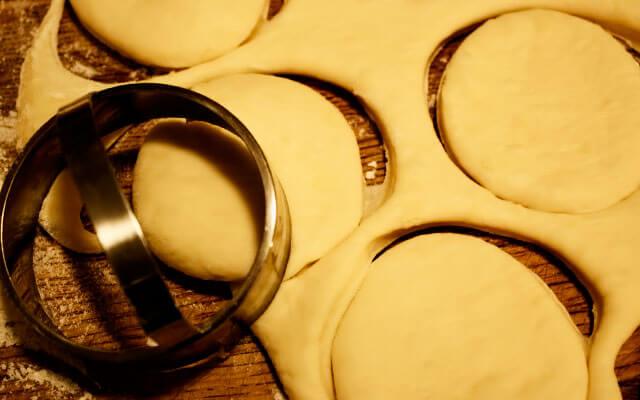 Раскатать тесто и вырезать заготовки для пирожков