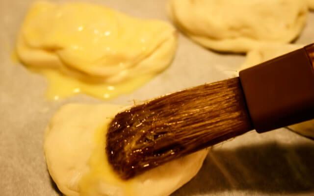 Смазать изделия желтком и запечь в духовке
