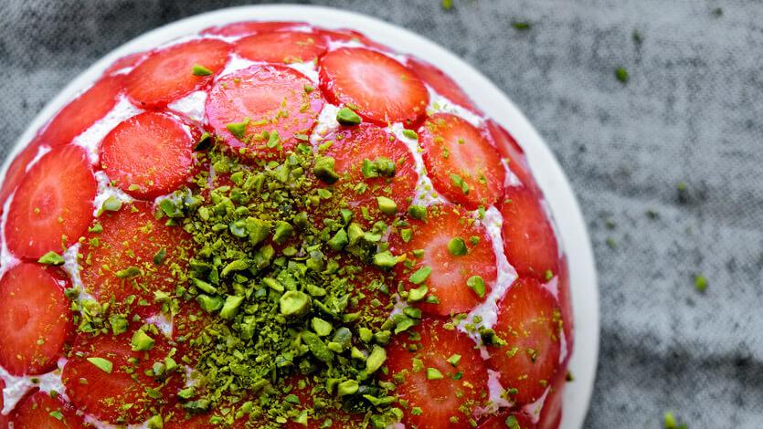 Торт с клубникой без выпечки с желатином