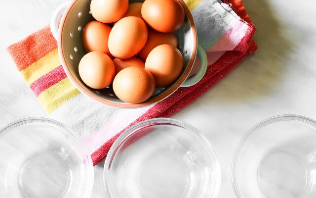 подготавливаем куриные свежие яйца и необходимую посуду