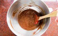 смешиваем шоколад с яйцами и мукой