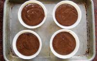 разливаем шоколадное тесто по формочкам