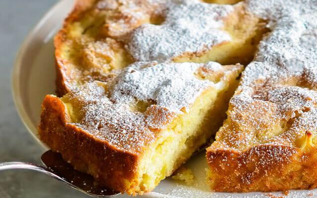 Пирог шарлотка с яблоками и творогом